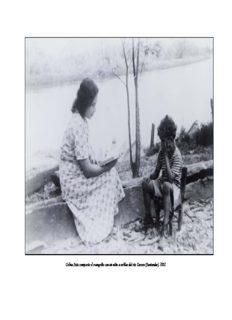 Celina Soto comparte el evangelio con un niño a orillas del río Carare